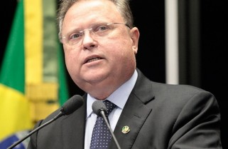 Ex-governador nega disputar vaga no Senado
